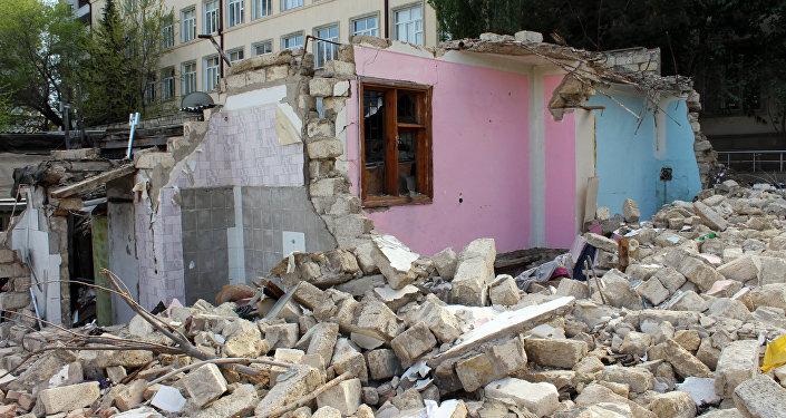 Остатки снесенного дома 193 по улице Сулеймана Рустама, фото из архива
