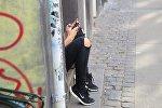 Девушка-подросток с телефоном, фото из архива
