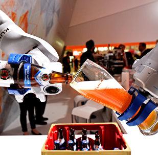 Роботизированная рука заполняет стакан баварским Вайсом на стенде немецкой компании Kuka на крупнейшей в мире промышленной ярмарке Ганноверская ярмарка в Ганновере, Германия, 24 апреля 2017 года