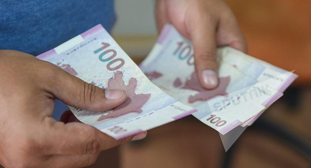 Пересчитывание денег, фото из архива