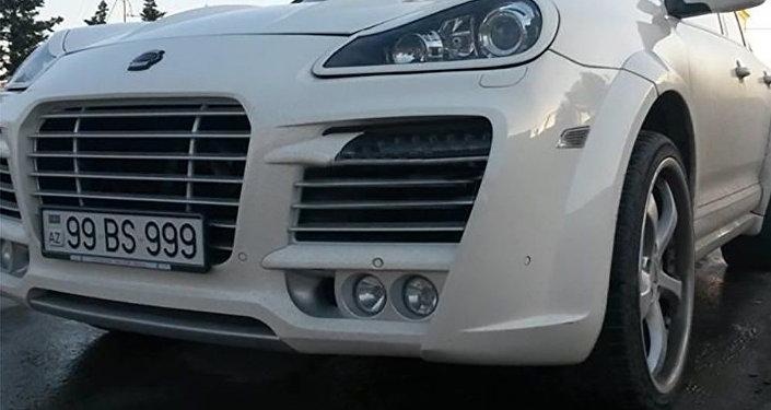 Porsche Cayenne Magnum markalı, 99 BS 999 dövlət nömrə nişanlı avtomobil