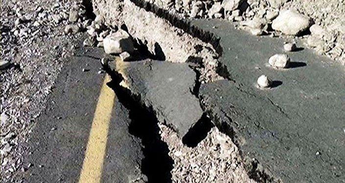 Sürüşmə asfalt örtüyünü də parçalayıb