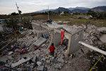 Люди на месте взрыва склада с пиротехникой в Сан-Исидро, муниципалитет Чильчотла, Мексика, 9 мая 2017 года