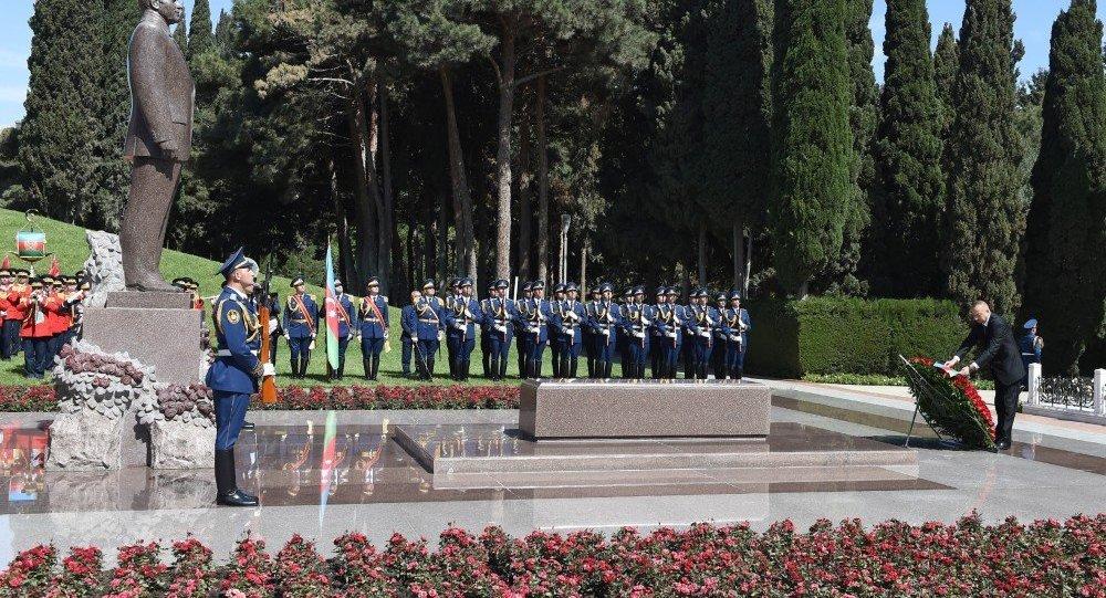 İlham Əliyev Fəxri xiyabanda ulu öndər Heydər Əliyevin məzarını ziyarət edib