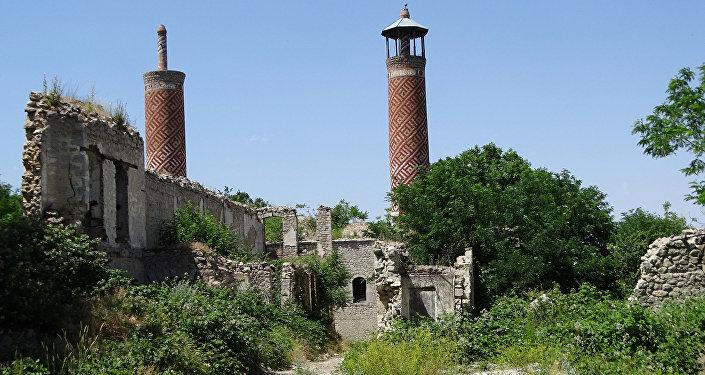 Разрушенная мечеть в оккупированном Арменией городе Шуша, фото из архива
