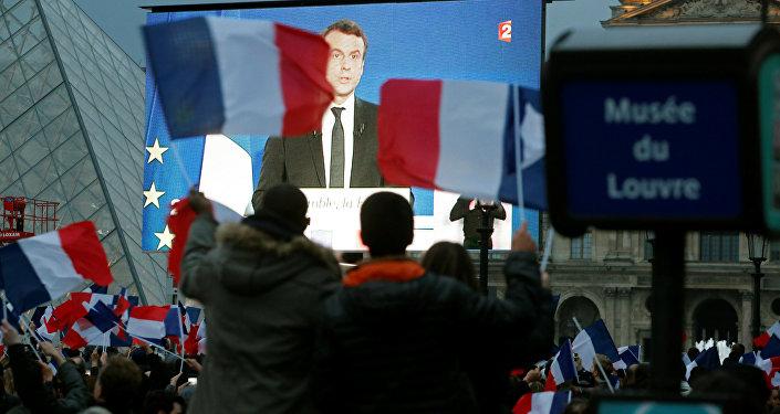 Избранный президент Франции Эммануэль Макрон на гигантском экране возле музея Лувр после того, как были объявлены результаты второго тура президентских выборов, Париж, 7 мая 2017 года