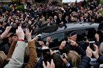 Лидер движения Вперед Эммануэль Макрон приветствует своих сторонников, фото из архива