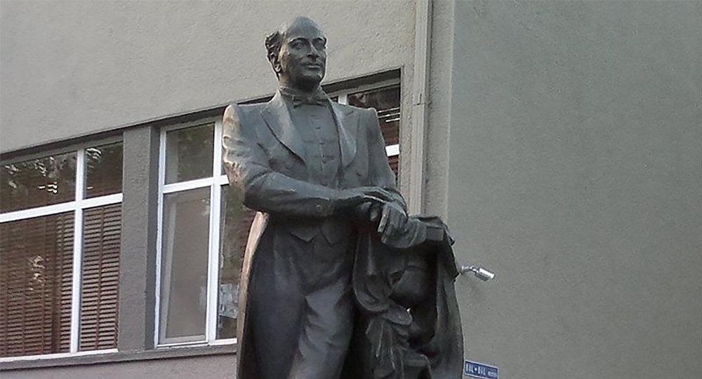 Памятник Бюльбюлю в Баку, фото из архива
