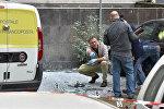 Криминалисты работают на месте взрыва бомбы возле почтового отделения на улице Мармората, Рим, 12 мая 2017 года