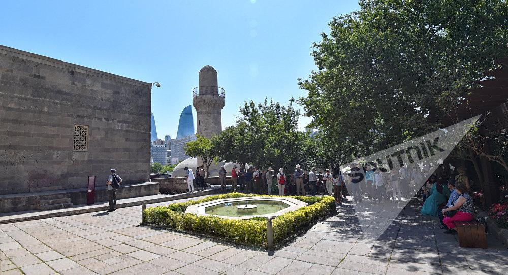 Туристы в Дворце ширваншахов в Баку, фото из архива