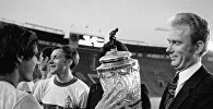 Старший тренер киевской футбольной команды Динамо Валерий Лобановский держит в руках Кубок СССР, 10 августа 1974 года