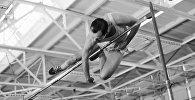 Советский легкоатлет Валерий Брумель берет двухметровую высоту