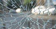 Разбитое автомобильное стекло, фото из архива