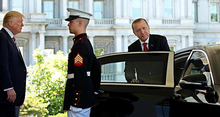Президент США Дональд Трамп наблюдает, как президент Турции Реджеп Тайип Эрдоган отбывает у входа в Западное крыло Белого дома в Вашингтоне, США 16 мая 2017 года