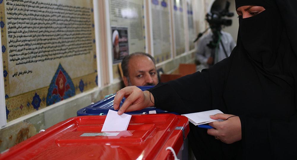 Иранская женщина голосует на президентских выборах в городе Кум, 130 км южнее Тегерана, 19 мая 2017 года