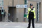 Офицер британской полиции у стадиона Манчестер Арена во время оцепления после теракта