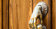 Дверной молоток в форме руки, фото из архива