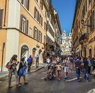 Горожане и туристы в историческом районе Рима, фото из архива