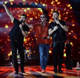 Певцы Эмин Агаларов, Григорий Лепс и Сергей Лазарев (слева направо) выступают на Международном музыкальном фестивале Жара в Баку