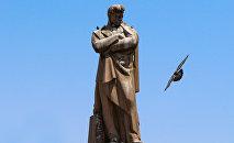 Памятник Джафару Джаббарлы в Баку