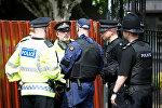 Группа полицейских стоит на улице в Халме, Манчестер