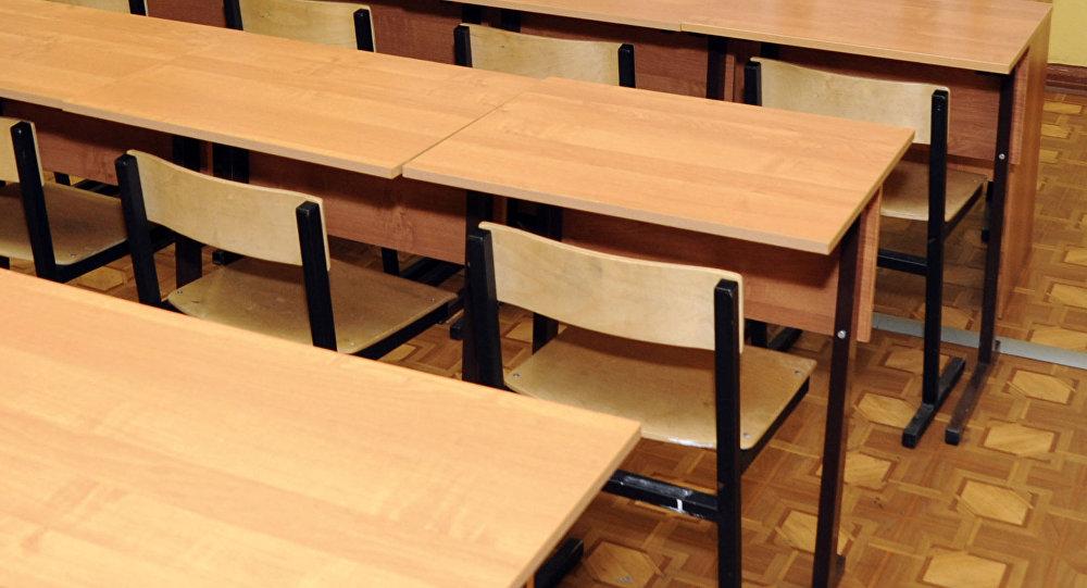 Школьные парты в классной комнате, фото из архива