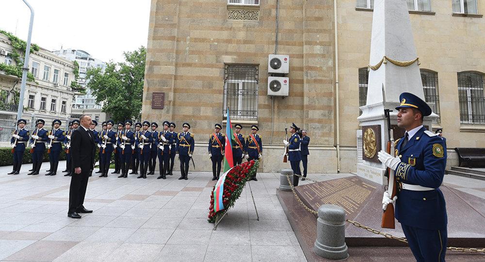 Президент Азербайджана Ильхам Алиев у памятника, воздвигнутого в честь Азербайджанской Демократической Республики