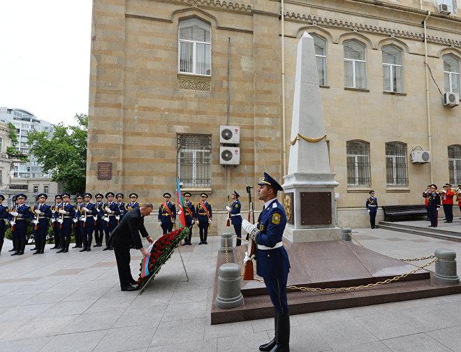 Президент Азербайджана Ильхам Алиев возлагает венок к памятнику, воздвигнутому в честь АДР