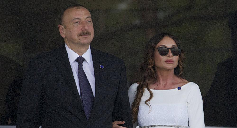 Президент Азербайджана Ильхам Алиев и его супруга Мехрибан Алиева смотрят последние минуты Гран-при Европы Формулы-1 на Бакинском кольце в Баку, Азербайджан, фото из архива