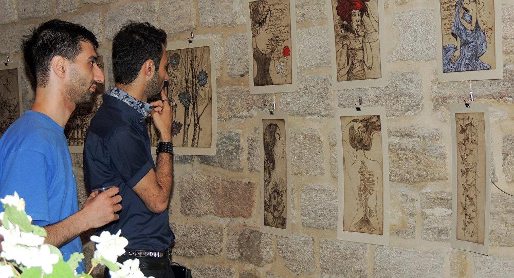 Посетители на выставке литовской художницы Эдиты Сухоцките