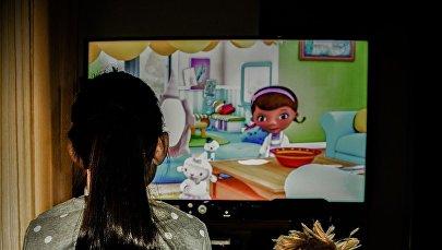 Ребенок перед телевизором, фото из архива