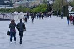 Жители столицы на Приморском бульваре в Баку