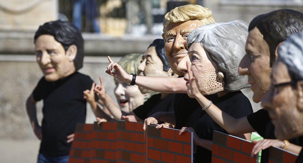 Люди в масках изображающих лидеров стран Большой семерки Сицилия, Италия
