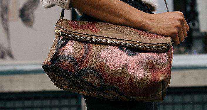 Женщина с сумкой, фото из архива