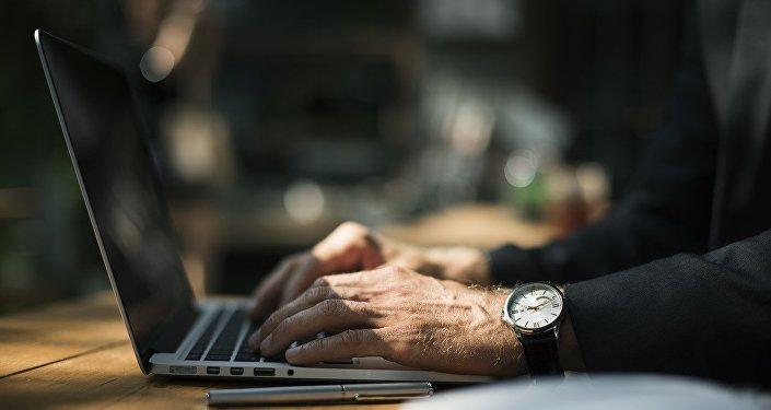 Мужчина за компьютером, фото из архива