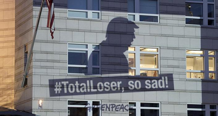 Баннер Гринпис с изображением президента США Дональда Трампа проецируется на фасад посольства США в Берлине, 2 июня 2017 года