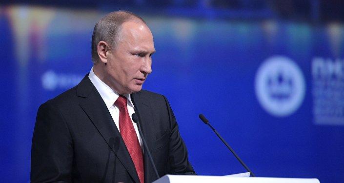 Президент РФ Владимир Путин выступает на пленарном заседании Санкт-Петербургского международного экономического форума 2017 в Экспофоруме
