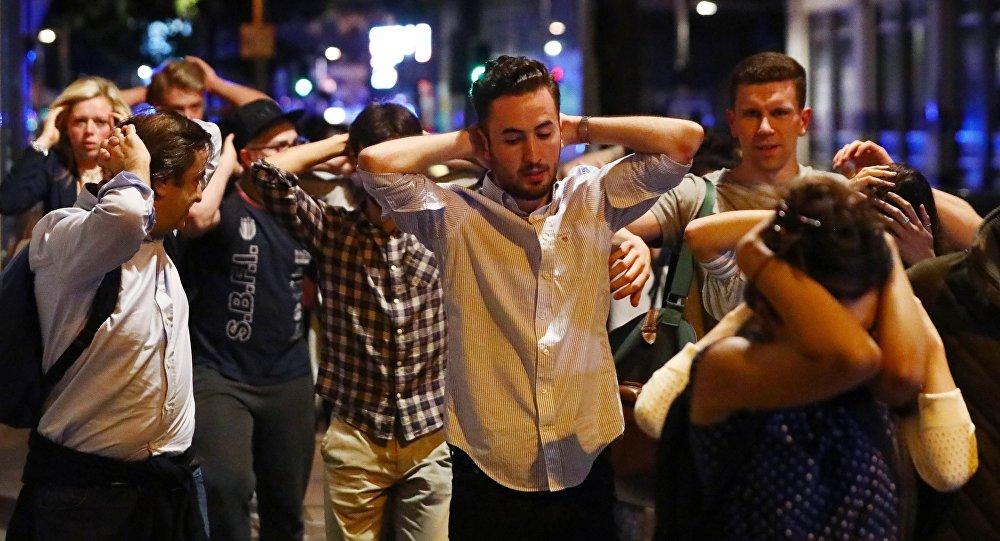 Люди покидают место происшествия на Лондонском мосту