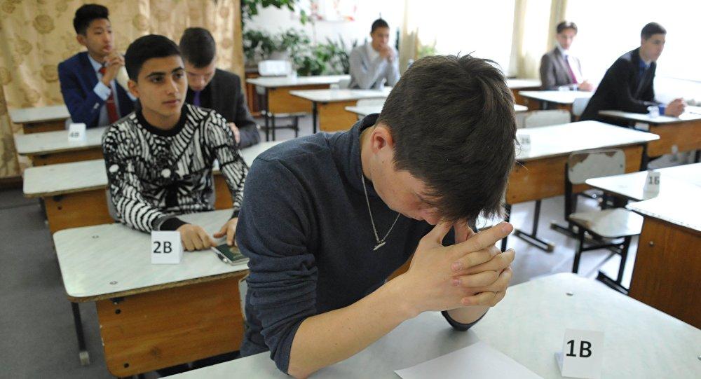 Ученики перед началом экзамена, фото из архива