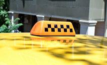 Фонарь такси на крыше автомобиля в Баку