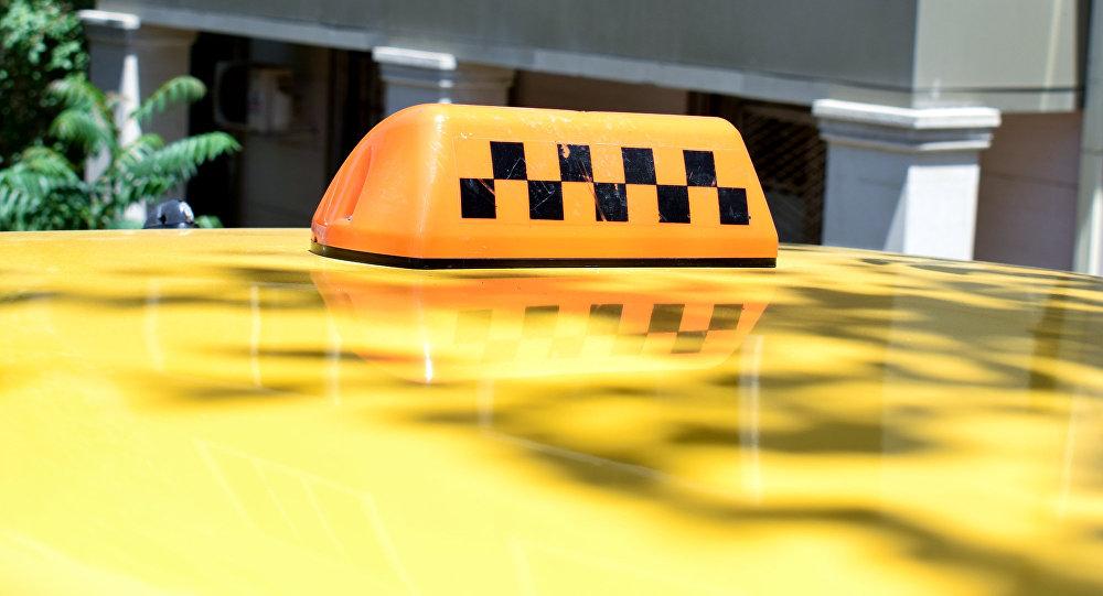 Фонарь такси на крыше автомобиля в Баку, фото из архива