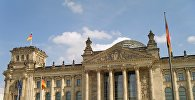 Люди у здания парламента в Берлине, фото из архива
