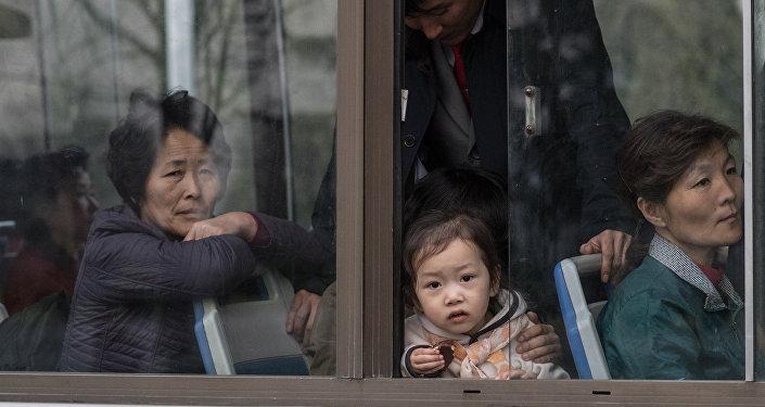 Жители Пхеньяна в общественном транспорте