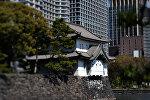 Комплекс зданий Императорского дворца (на первом плане) в городе Токио