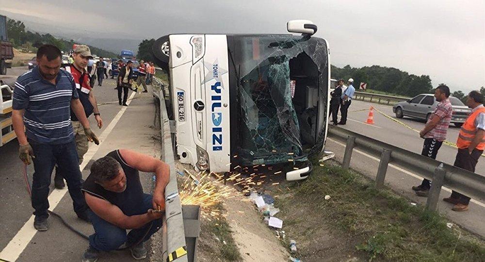 Türkiyənin Samsun şəhərində əsgərləri daşıyan avtobus aşıb
