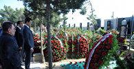 Российская делегация во главе с министром энергетики Александром Новаком у могилы Натига Алиева