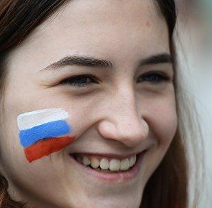 Участница праздничного митинга в честь Дня России на площади Ленина в Новосибирске, 12 июня 2017 года