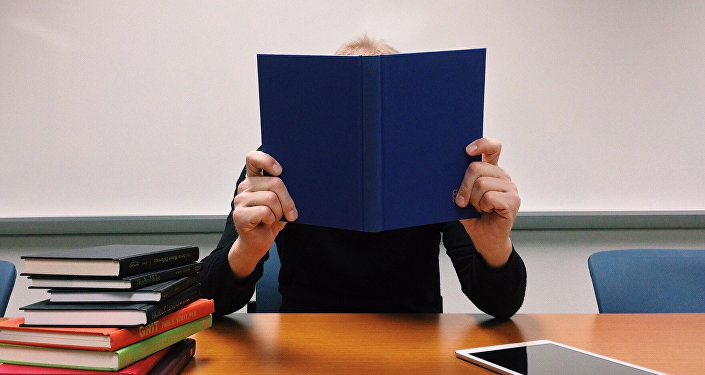 Человек за чтением книг, фото из архива