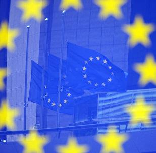 Флаги в отражении на стенде с эмблемой ЕС