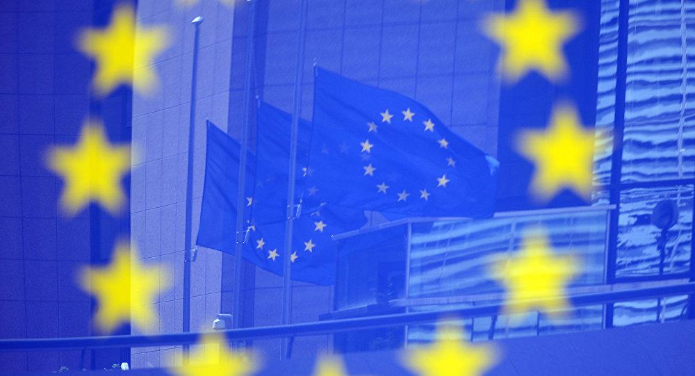 Флаги в отражении на стенде с эмблемой ЕС, фото из архива